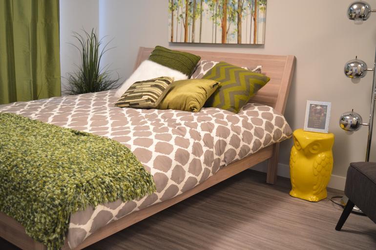 dřevěná manželská postel