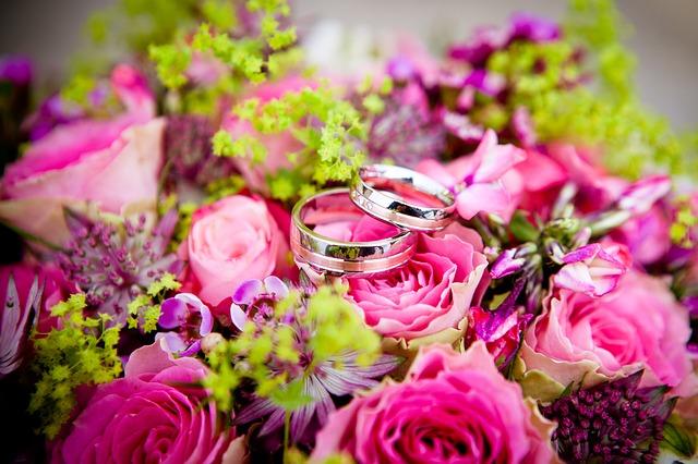 kytice, růže, snubní prsteny