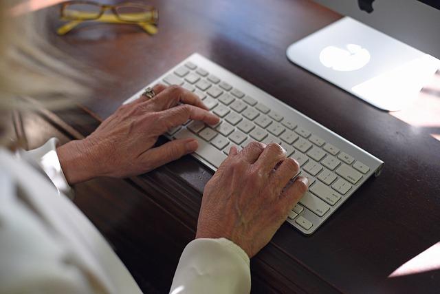 stařenka u klávesnice