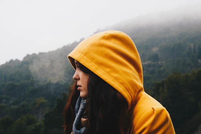 dívka v mikině.jpg