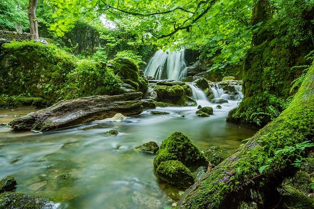 vodopád u řeky