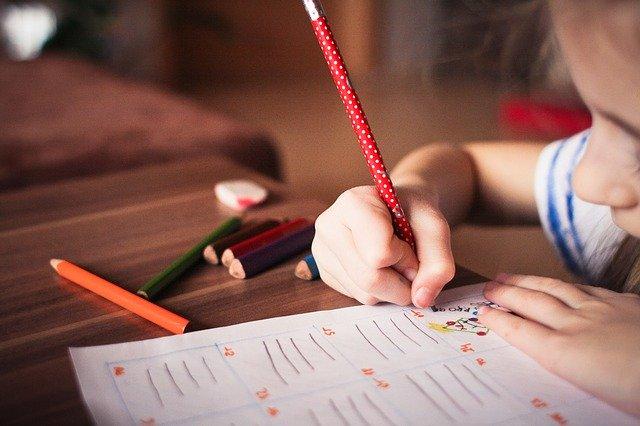 dítě píše domácí úkol